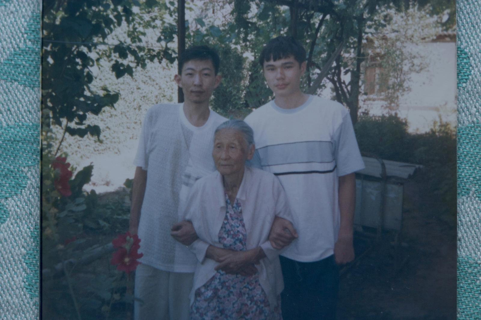 Galina Lee and her grandchildren