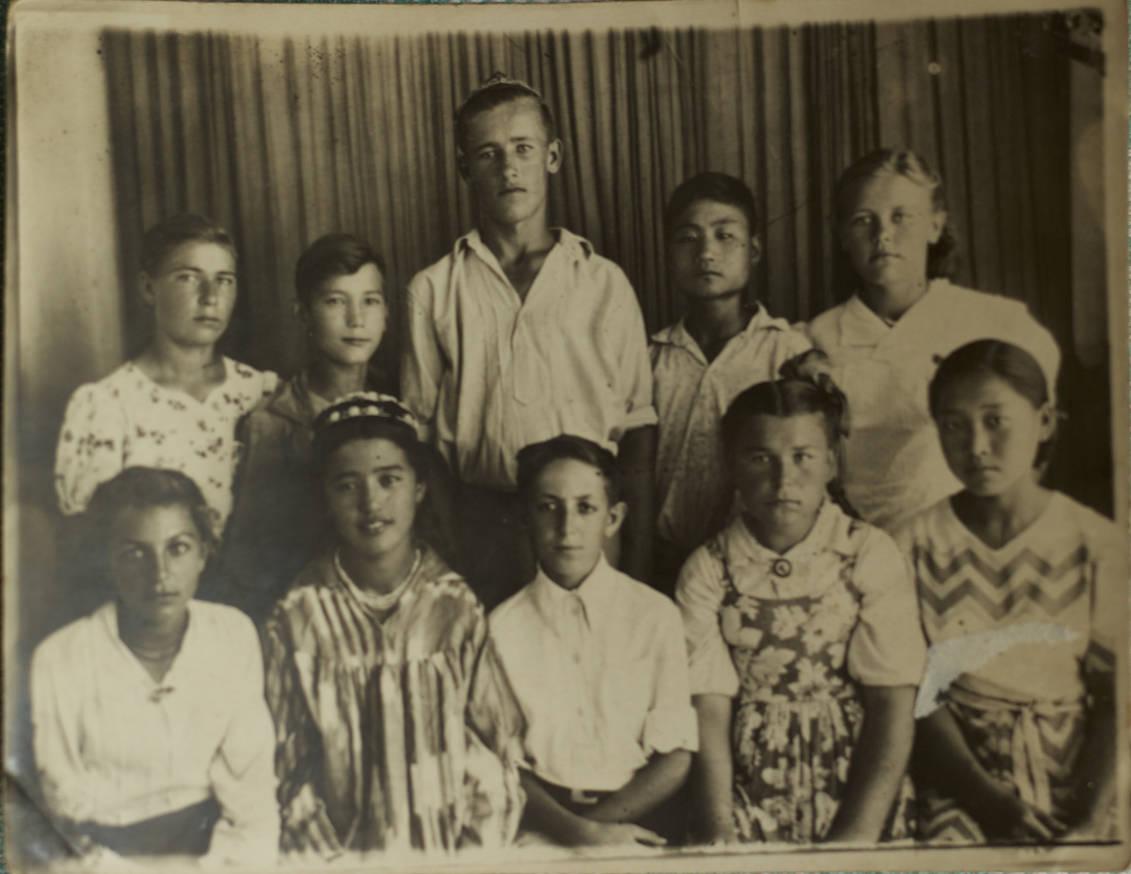 Korean, Russian, Tartar, Ukrainian and Uzbek kids all together in a class photo (Tashkent in the early 1940s)